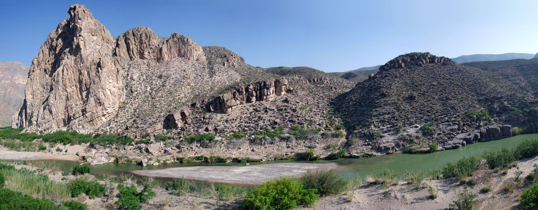 Bushes and sandbanks along the Rio Grande